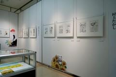 2011年に東広島市で開催した「村上たかし+あすなひろし原画展」でご一緒させていただいた村上たかし先生の隣です